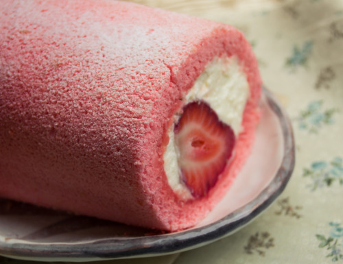 strawberry swiss roll (by Silivren)