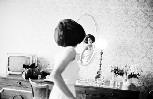 Bruce Davidson, Diana Ross rehearsing in a hotel room before playing the Apollo Theater, New York, 1965