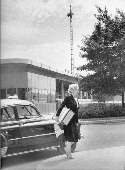 "#Marilynettes ~ Marilyn Monroe on location with her suitcase filming ""Niagara."" [1952]"