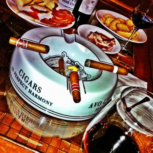#wine #cigars #cheese #crackers #hdr #hdr_lovers #igerspr #igpuertorico #instagramlatino #hispanogram #hangueo #guaynabo #guaynabocity #puertorico #iphone (Taken with Instagram at El Bodegar)