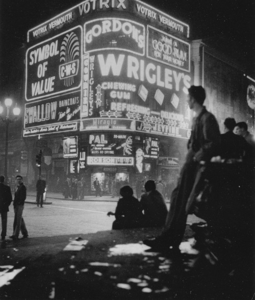 idlesuperstar:  Hannes Kilian - Piccadilly, London, 1955