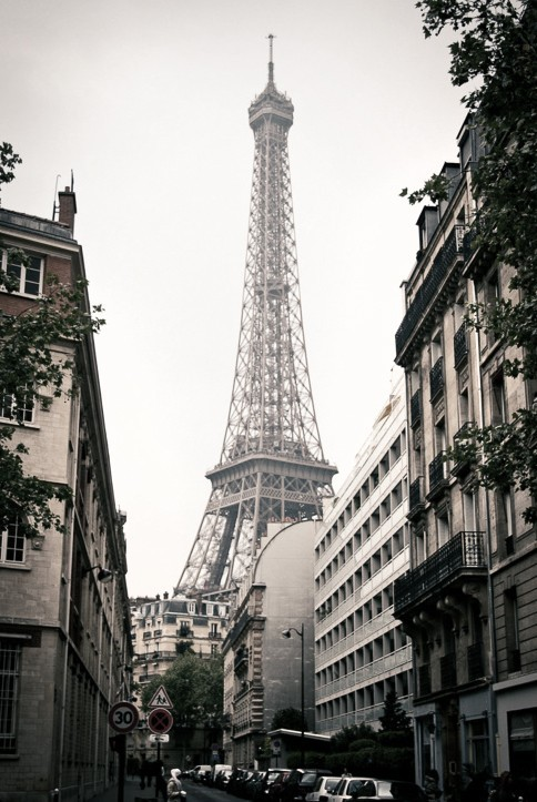 eiffel tower neighborhood