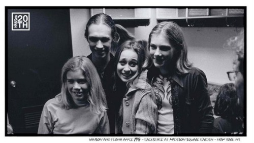 yoyomar:   HANSON and Fiona Apple 1997 ~ Backstage at Madison Square Garden ~ New York NY.  OH MY GOD.  This is why the internet is important.