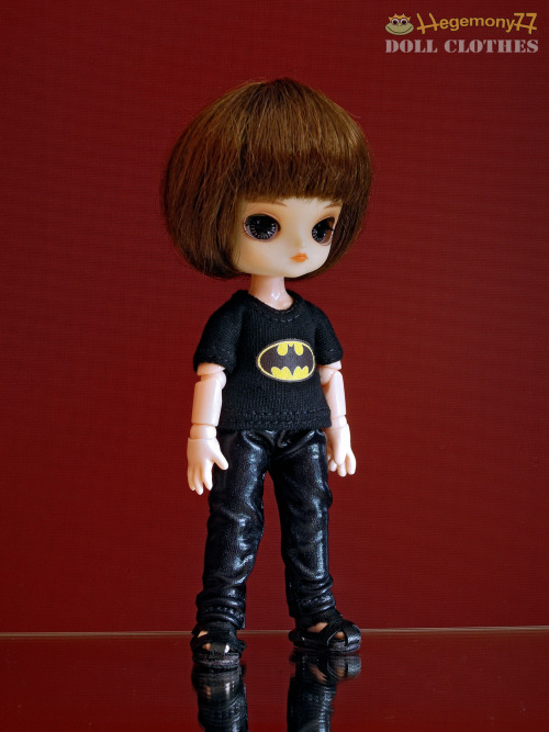 11 cm Obitsu Drta dol in Batman tee shirt and black patent leather pants