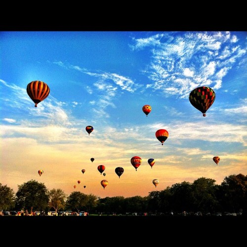 herrohoriah:  #boise #boiseballoonfest #spiritofboise #hotairballoon #magical (Taken with Instagram)  I miss seeing this.