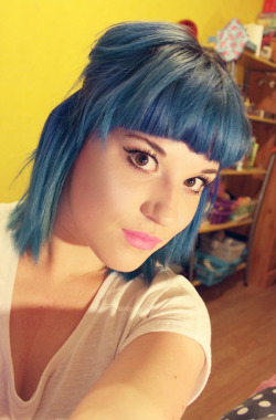 olibomb:  deleting lots of stuff off my laptop, found a random blue haired pic. might aswell seize the moment…