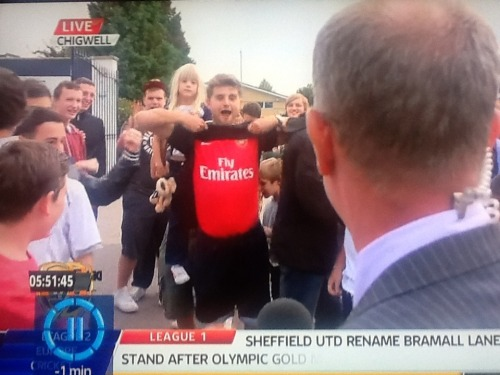 doublecufflove:  ramseyholic:  Arsenal fan at Spurs Lodge, LOLing!  i would like to buy this man a drink.