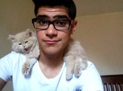 cuteboyswithcats:  my friend omer with his new kittin simba <3 -devthepornstar