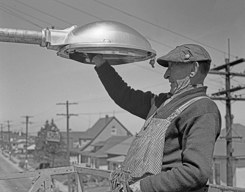 klappersacks:  Worker repairing streetlight, 1950 by Seattle Municipal Archives on Flickr.