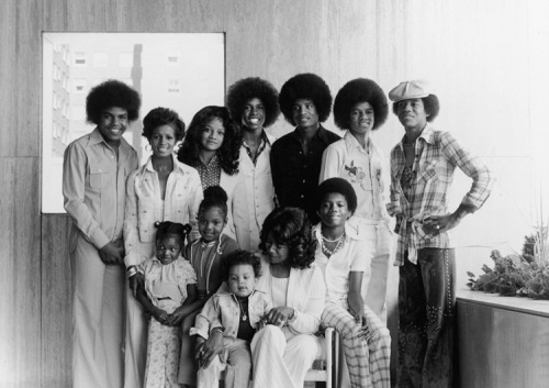 ADORABLE photo of the whole Jackson family at the Johnson Publishing Company building in Chicago. (look at widdle baby Janet!!)
