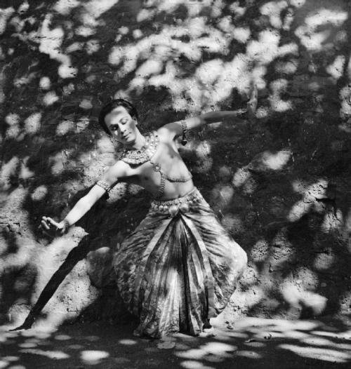 zombienormal:  Dancer Ram Gopal, photographed in India by Cecil Beaton, 1944.