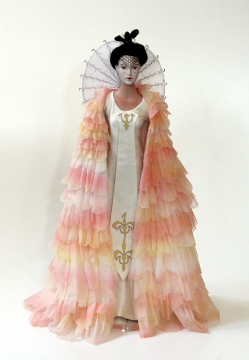 fuckyeahpadmeamidala:  Queen Amidala - celebration gown (by Matt & Kristy)  More want!