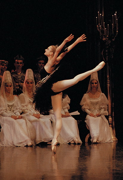 Irina Kolesnikova in Swan Lake. Photo (c) Vladimir Zenzinov.