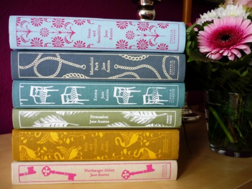 teatimeywimey:  Pretty books!  I want them ALLLLLLLLLLLLLLLLL.I have the P&P, and an earlier clothboound of the S&S, but I will not be satisfied until I have each and every one of these beauties.