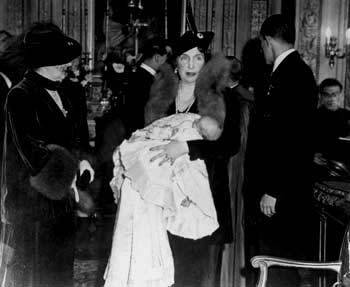 Baptism of the Infante Juan, current King of Spain. Rome, 1938. Queen Victoria Eugenia, godmother and grandmother of the Infante, holds the baby. On her right, Queen Elena of Italy.