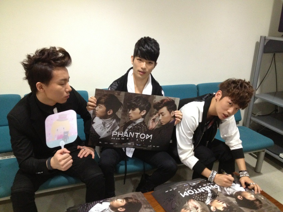 Phantom signing posters [picture credits to: phantasmeffect@tumblr]