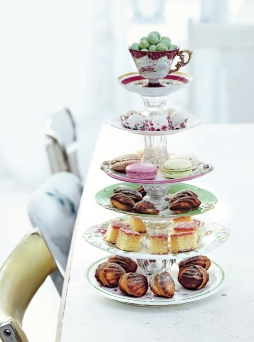 art-clothes-nailsandfluff:  DIY Cake stand, from recycled vintage tea sets Tutorial here