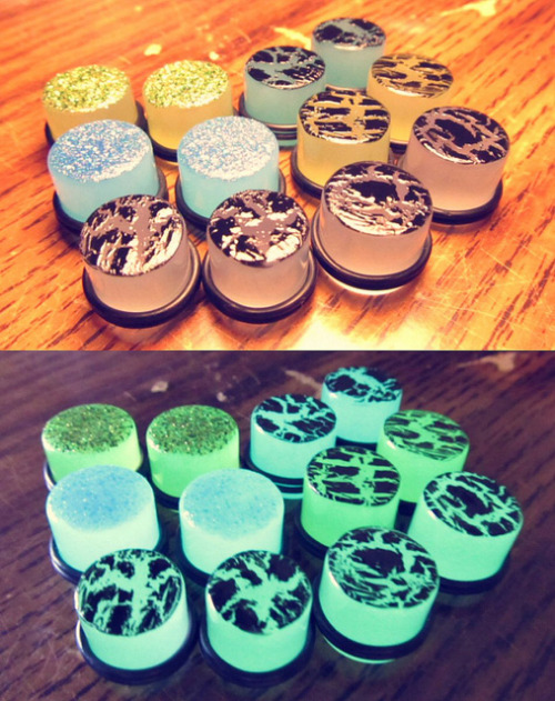 cigarettes-mentolados:  Glow in the Dark Nail Polish Plugs by CutePlugs on Flickr.nice