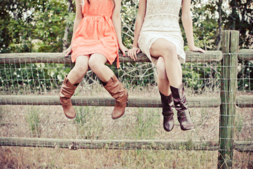 Country Senior Photos- Love this pose and the editing! raftmedia.com