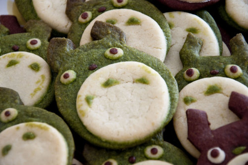 drawnblog:  jillthompson:  gabis2r:  Totoro Cookies by =Demi-Plum Recipes for these gorgeous cookies are on the page.  There is also a link to a cookie cutter shaping tutorial which enables you to make any design cookies you like!  I need to make these!  Totoro as a sugar cookie.