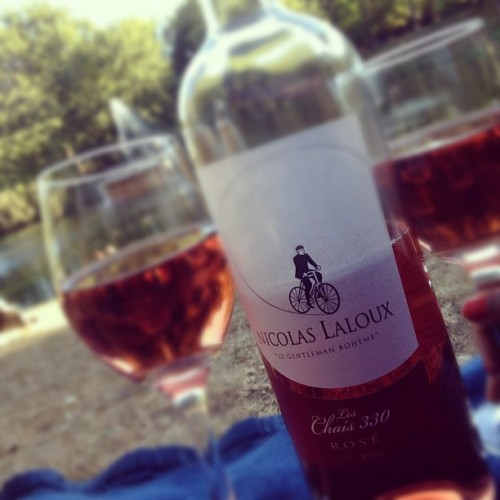 Nicholas Laloux Les Chais 330 Rosé (Canada) w/ @starlexis #win #canada #rosé #quebec #montreal #parc #park #fontaine #fountain #wine #rose #bottle #alcohol #lake #grass #picnic #winegasm #winepics #winefiend (Taken with Instagram at Parc La Fontaine)