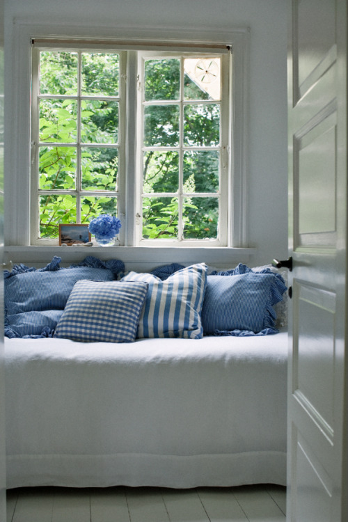 myidealhome:  summer daybed in white & lightblue (via Skonahem)