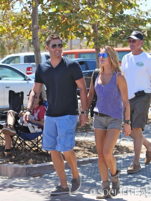 theangelcastiel:  jensenacklespl:  Jensen and Danneel Ackles in Malibu [02.09.2012]  Wait. What? Since when does he have a tattoo?!  TATTOO. I MIGHT FAINT. is it for a role or for real?