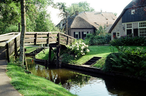 travel-abroad:  Giethoorn  by Peter Gutierrez on Flickr.