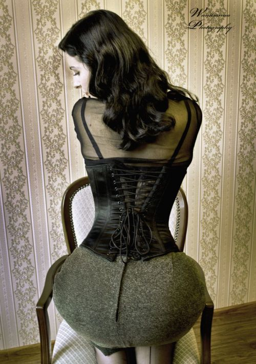 corsetaddict:  Hourglass by ~CarrieGrr