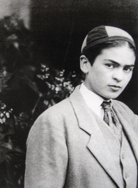 deafmuslimpunx:  A young Frida Kahlo, dressed in boy's cap and suit, 1920s (source)