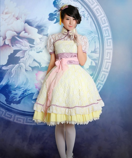 amazinglolitaoutfits:  kts-asianfashion:  Qi Lolita Qi Lolita is a similar style to Wa Lolita but uses Chinese clothing and accessories in place of Japanese. Usually this includes qipao dresses modified to accommodate a petticoat. Accessories usually include platform-slippers for footwear and bun-covers as hair accessories  Amazing Qi-lolita outfit! The first one in this blog!!