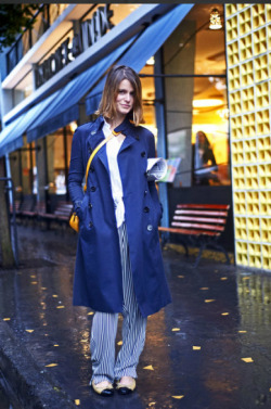 Eugenia Maia, para Art of the Trench da Burberry, com sua bolsa [sept.is]
