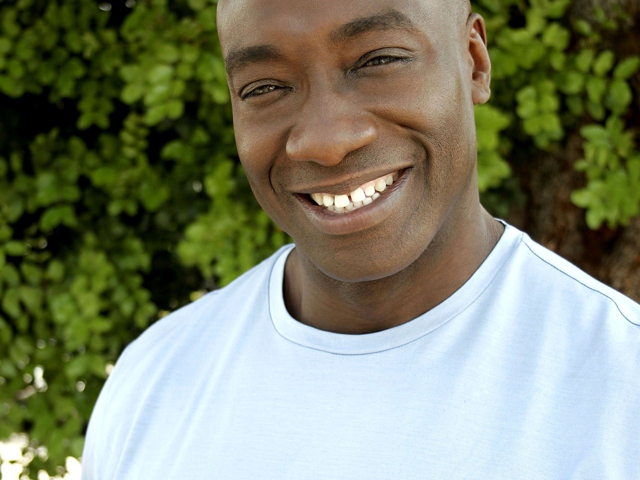 Actor Michael Clarke Duncan passed away today, two months after suffering a heart attack. Growing up to a single mother, Duncan held various low-end jobs before moving to Hollywood to pursue acting where he instead landed various body-guard jobs which included protecting Will Smith, L.L. Cool J, and even Biggie Smalls. The death of Biggie is what prompted him to leave body guarding. His role in the Green Mile starring Tom Hanks is what really launched his movie career. A famous vegetarian, Duncan is leaving behind a financee. Rest in peace, big guy.