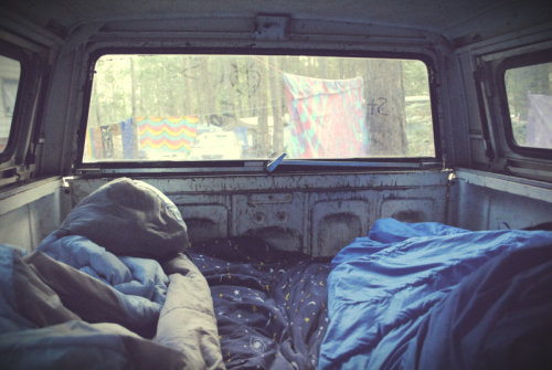 laughlikeyoureinlove:  To just sleep in a car like this, with your best friend or boyfriend and not worry because its just you two and tomorrow you're just going to climb out of bed and into the front of the car where you'll drive off. Another day on your road trip together, living, laughing, loving.