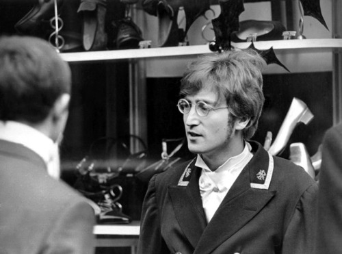 beatles-and-stuff:  Lennon
