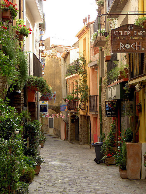 visitheworld:  Street scene in Collioure, a commune in the Pyrénées-Orientales department in southern France (by julieqiu).