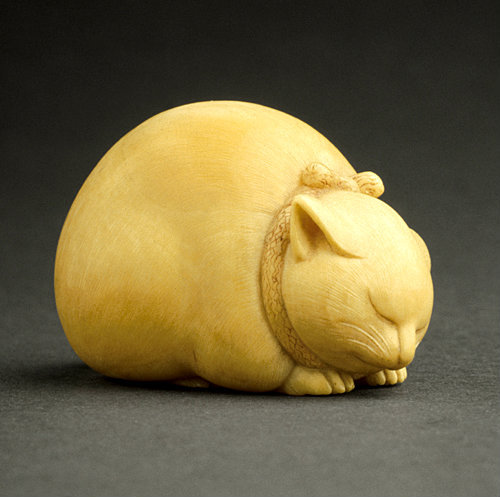 artemisdreaming:  Sleeping Cat, mid- to late 19th century Kaigyokusai (Masatsugu) (Japan, Osaka, 1813-09-13 - 1892-01-21) Netsuke, Ivory with sumi, red pigment AC1998.249.80 Los Angeles County Museum of Art