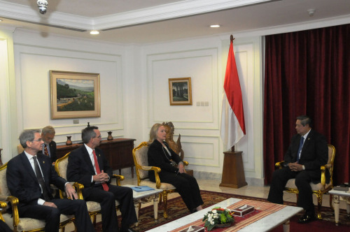 U.S. Secretary of State Hillary Rodham Clinton meets with Indonesian President Susilo Bambang Yudhoyono in Jakarta, Indonesia, September 4, 2012. Accompanying Secretary Clinton from right to left, are U.S. Ambassador to Indonesia Scot Marciel and U.S. Ambassador to ASEAN David Carden. [State Department photo/ Public Domain]