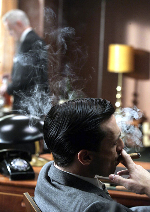 Madmen Love moonbutterfly:  simplyirresistiblemen:  Jon Hamm.  ahh men who smoke are so sexy