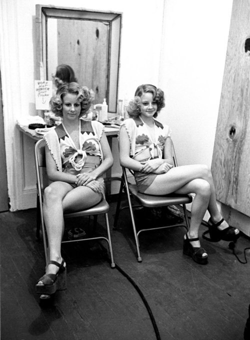 1976 - Jodie and Connie Foster On the set of Taxi Driver, Jodie Foster and her body double/older sister, Connie Foster.