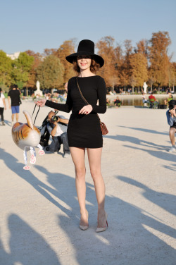 This is SO Parisian-chic…the ubiquitous and understated LBD paired with a structured tall hat, nude heels, and a small crossbody…it oozes style without being too trendy.