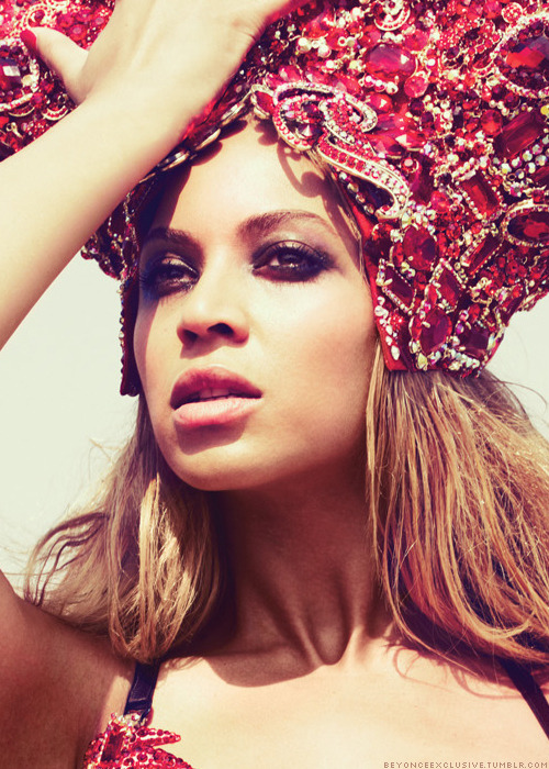 Beyoncé and her perfect face.