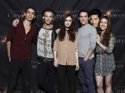 inspireawhisper:  Don't worry, everyone, I fixed the cast photo!