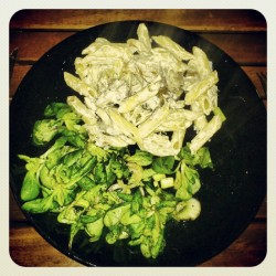 Penne and pleurote mushroom with its soy cream sauce with garlic and parsley and some salad #mushroom #penne #vegan #veganfoodshare #salad #yummy (Pris avec Instagram)
