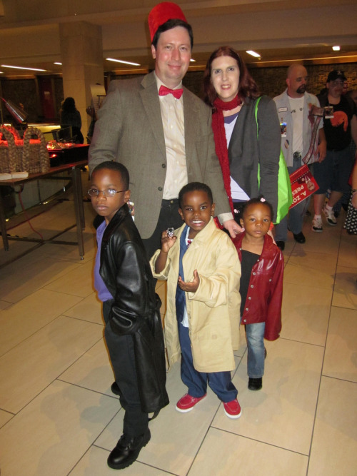 cross-race-cosplay:  doctorwho:  9th, 10th, 11th Doctor Cosplay at 2012 Dragon*con  Characters: 11th Doctor, 10th Doctor, 9th Doctor, Amy, & Martha Series: Doctor Who   omgomgomgomg CHILDREN COSPLAY FROM DOCTOR WHO. ;U;  So the kid as 9 is owning it, despite the too-long jacket.