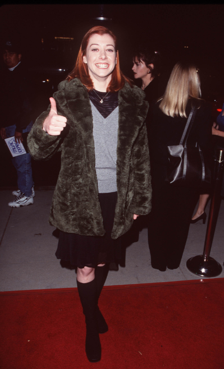 Alyson Hannigan triumphantly brings back Thumbs Up Thursday at the 1998 premiere of Meet Joe Black. Helena Bonham Carter is not amused.