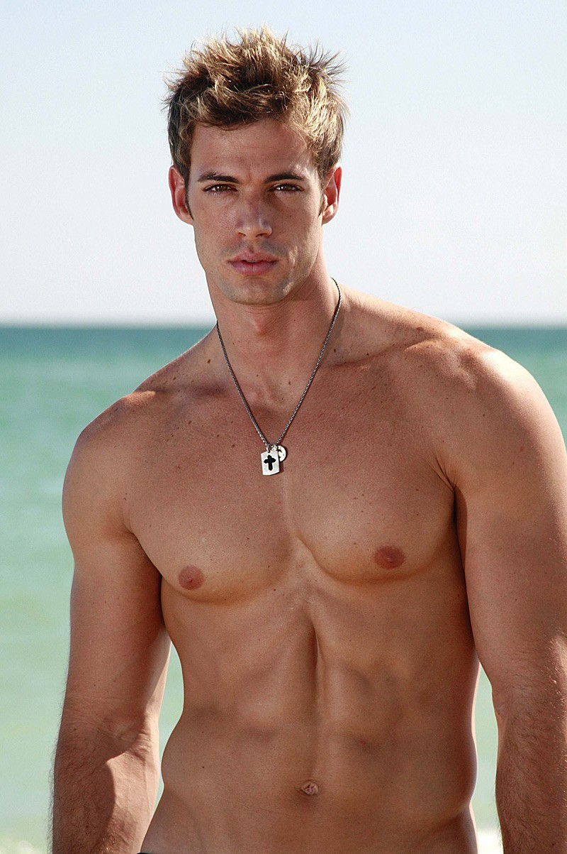 more-hot-guys-please:  William Levy at the beach!
