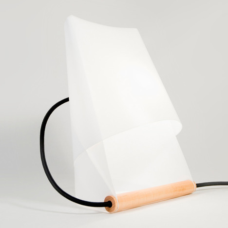 Furoshiki Lamp by Entreautre by Harry / September 5, 2012, mocoloco.com 2Gallery: Furoshi­ki Lamp by EntreautreFrom Entreautre, a sim­ple table lamp based on Furoshi­ki, the Japan­ese art of fold­ing cloth. More in our photo gallery.(Click the image below for full sized image)