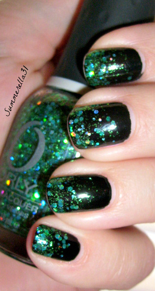 A gorgeous green glitter gradient manicure by Summer A. Click through to see the polishes she used to get the look!