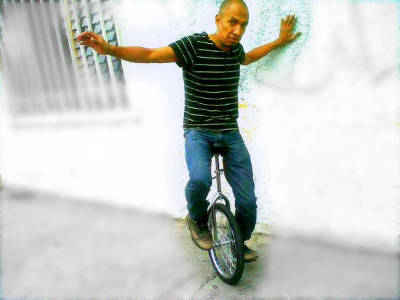 me and my brand new UNICYCLE, as you can see in my face it is my first time (mi nuevo monociclo, como pueden ver en mi cara es mi primera vez)